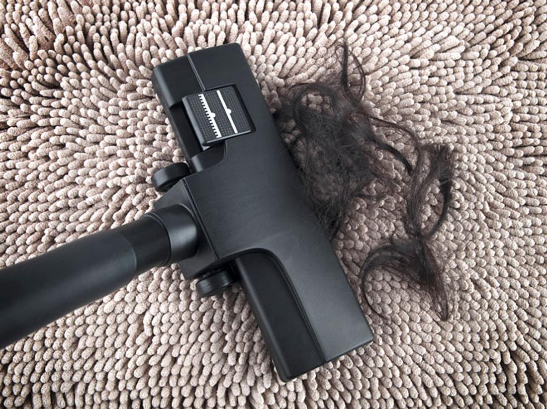 Große Haarmengen können dafür sorgen, dass der Staubsauger verstopft.