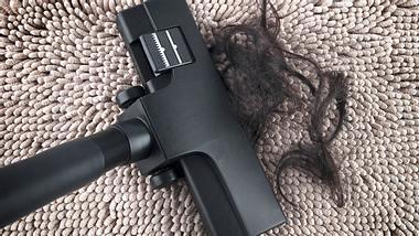 Große Haarmengen können dafür sorgen, dass der Staubsauger verstopft. - Foto: szefei / iStock