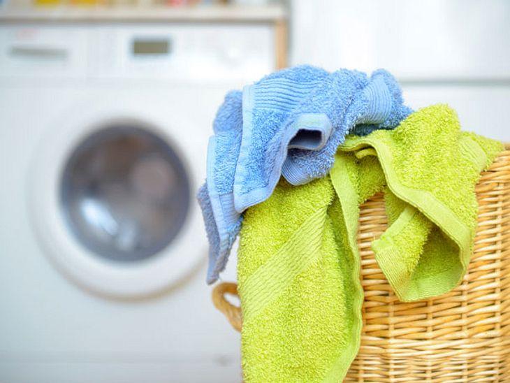 Auch, wenn wir beim Waschen bereits routiniert sind: Einiges machen wir unbewusst trotzdem noch falsch. Wie Sie Wäsche richtig waschen.