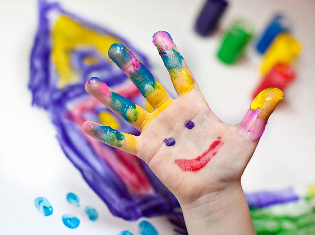 Bei gekauften Fingerfarben können wir nicht immer sicher sein, dass ihre Inhaltsstoffe gesundheitlich unbedenklich sind. Machen Sie sie deshalb einfach selbst!