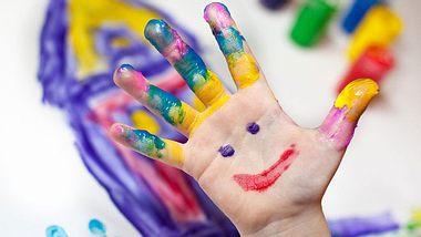Bei gekauften Fingerfarben können wir nicht immer sicher sein, dass ihre Inhaltsstoffe gesundheitlich unbedenklich sind. Machen Sie sie deshalb einfach selbst! - Foto: nailiaschwarz / iStock