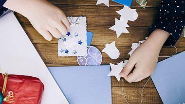 Zu Weihnachten basteln mit Kindern –  So einfach geht's - Foto: Martin Ivanov / iStock