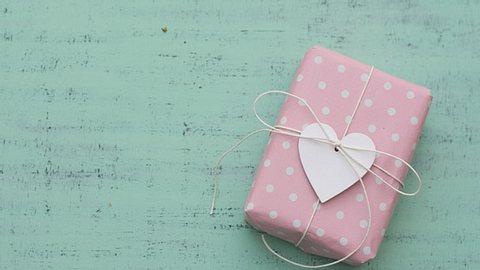 Probieren Sie es doch mal mit einem persönlichen Geschenk, das von Herzen kommt.  - Foto: budrio / iStock