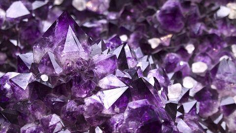 Kristalle zu züchten ist kinderleicht - und sie sind anschließend eine tolle Deko für Zuhause. - Foto: Antonprado / iStock