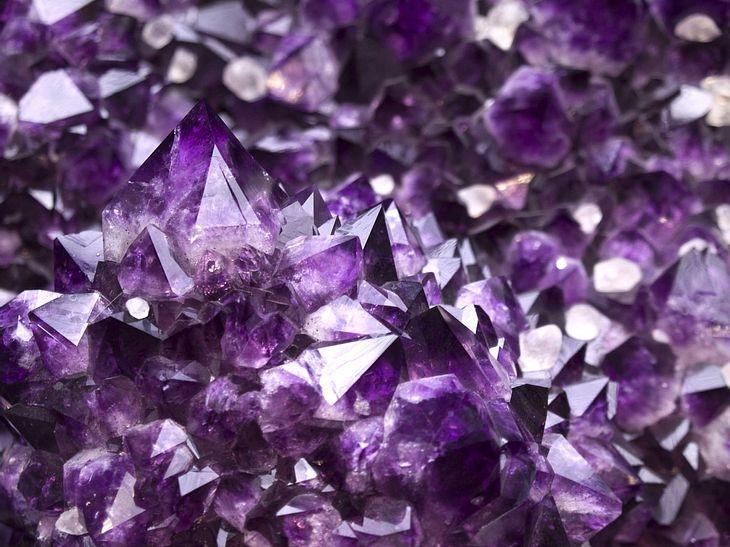 Kristalle zu züchten ist kinderleicht - und sie sind anschließend eine tolle Deko für Zuhause.