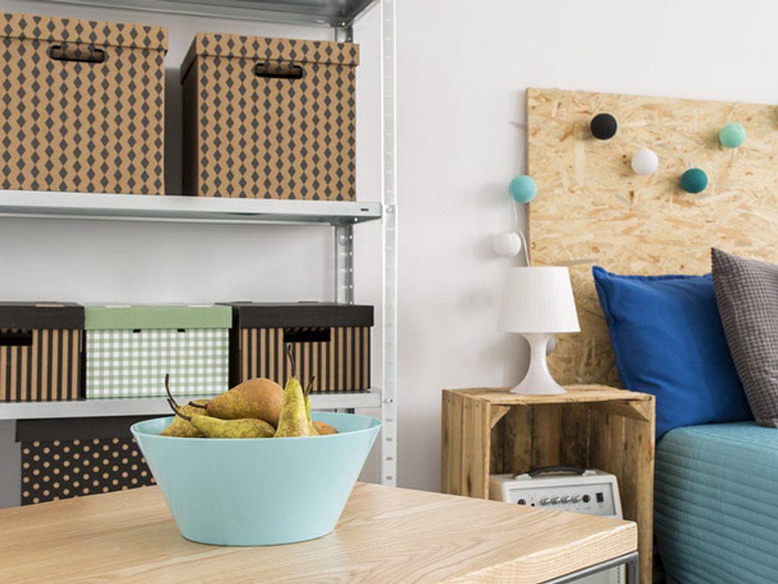 Ordnungsboxen bieten viel Stauraum und lassen sich leicht aus alten Paketen basteln.