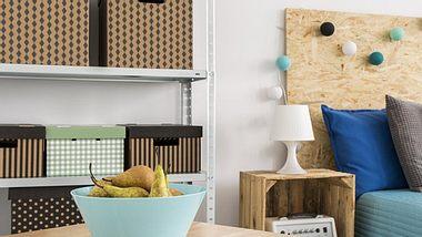 Ordnungsboxen bieten viel Stauraum und lassen sich leicht aus alten Paketen basteln. - Foto: KatarzynaBialasiewicz / iStock