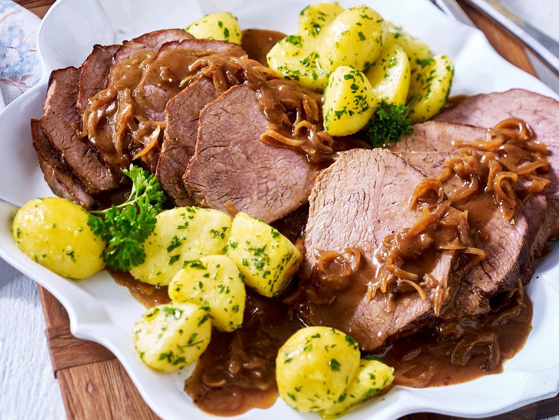 Zwiebelfleisch mit Salzkartoffeln.